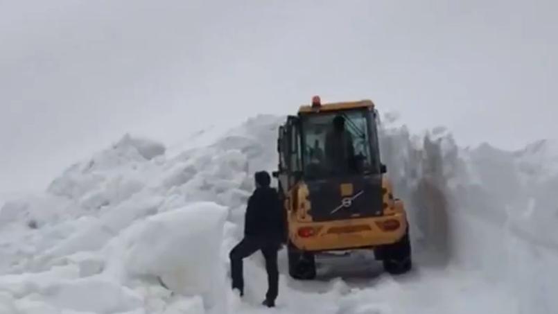 Une importante quantité de neige recouvre le col de Gavia