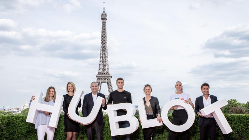 Les célébrités réuniesavec en arrière-plan, la tour Eiffel.