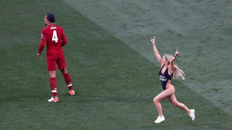 Le mannequin russe Kinsey Wolanski a interrompu la finale de la Ligue des Champions