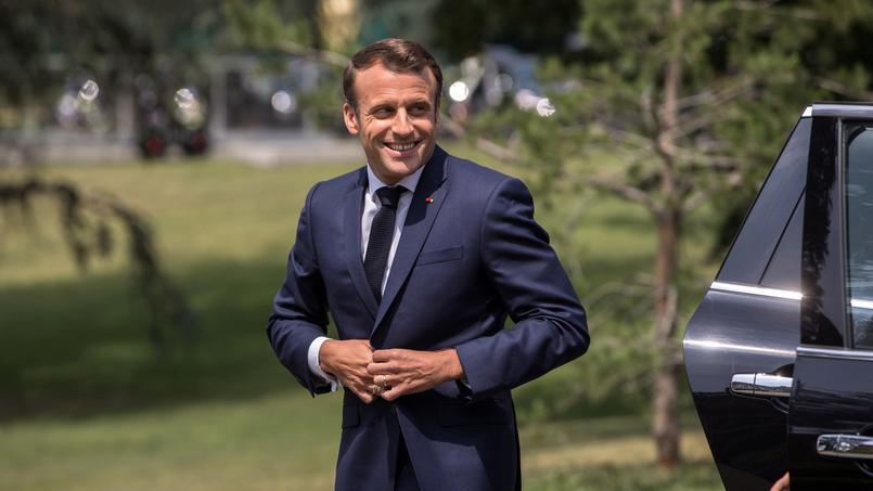 Emmanuel Macron à son arrivée à Clairefontaine pour rendre visite à l'équipe de France de football féminin.