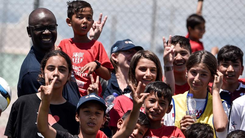 Lilian Thuram entouré d'enfants en Grèce.