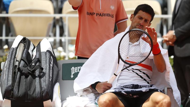Novak Djokovic agacé après la perte du troisième set.