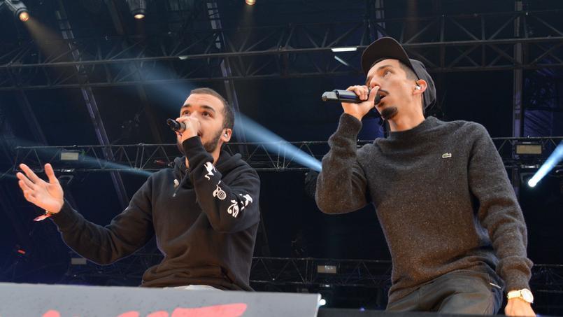 Les chanteurs Bigflo et Oli pendant un concert