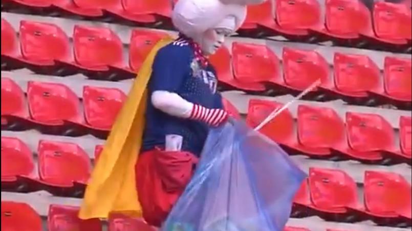 Un fan japonais nettoie la tribune du Roazhon Park après Japon-Ecosse