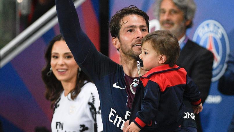 Maxwell avec son épouse et leur dernier enfant lors de l'arrêt de sa carrière au Parc des Princes, le 20 mai 2017.
