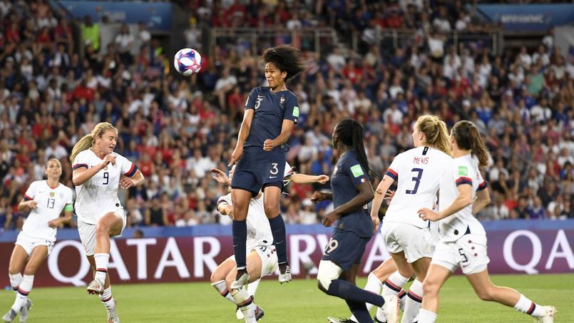 Wendie Renard s'élève dans les airs pendant la rencontre France - États-Unis en quart de finale de la Coupe du monde.