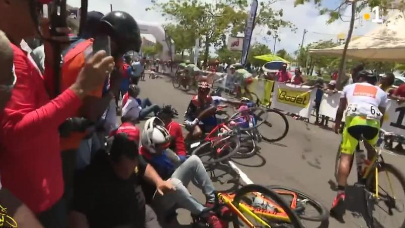 Les coureurs du Tour de Martinique au tapis juste après la ligne d'arrivée.