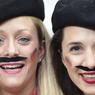 Ces touristes allemands ont rusé pour se mêler au public français. Un maquillage qui ne trompe pas mais un berret et une moustache qui sèment le doute.