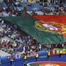 Dans le virage Nord, les Portugais ont déployé un immense drapeau national.