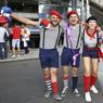 Ces même descendants de Gaulois, en version moderne : marinières, baguette, berrets et bretelles.