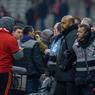 Les joueurs rentrés au vestiaire, tous les membres de la sécurité ont dressé un cordon pour empêcher les supporters furieux de monter en tribune d'honneur et s'en prendre au président Gérard Lopez.