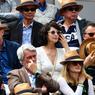 L'actrice Zabou Breitman (en robe blanche) est une habituée de la finale messieurs à la porte d'Auteuil.