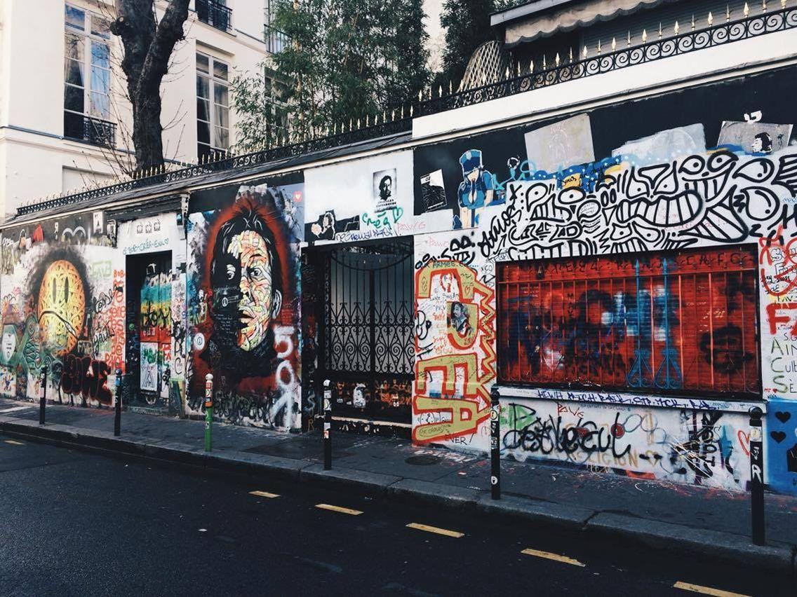 Gainsbourg les fans lui rendent hommage rue de verneuil