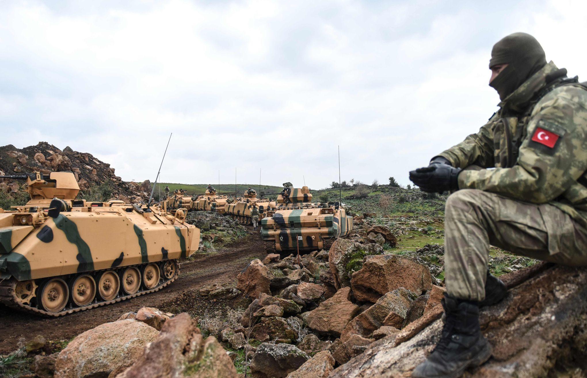 Truppe turche schierate lungo il confine siriano. Credits to: Le Figaro.