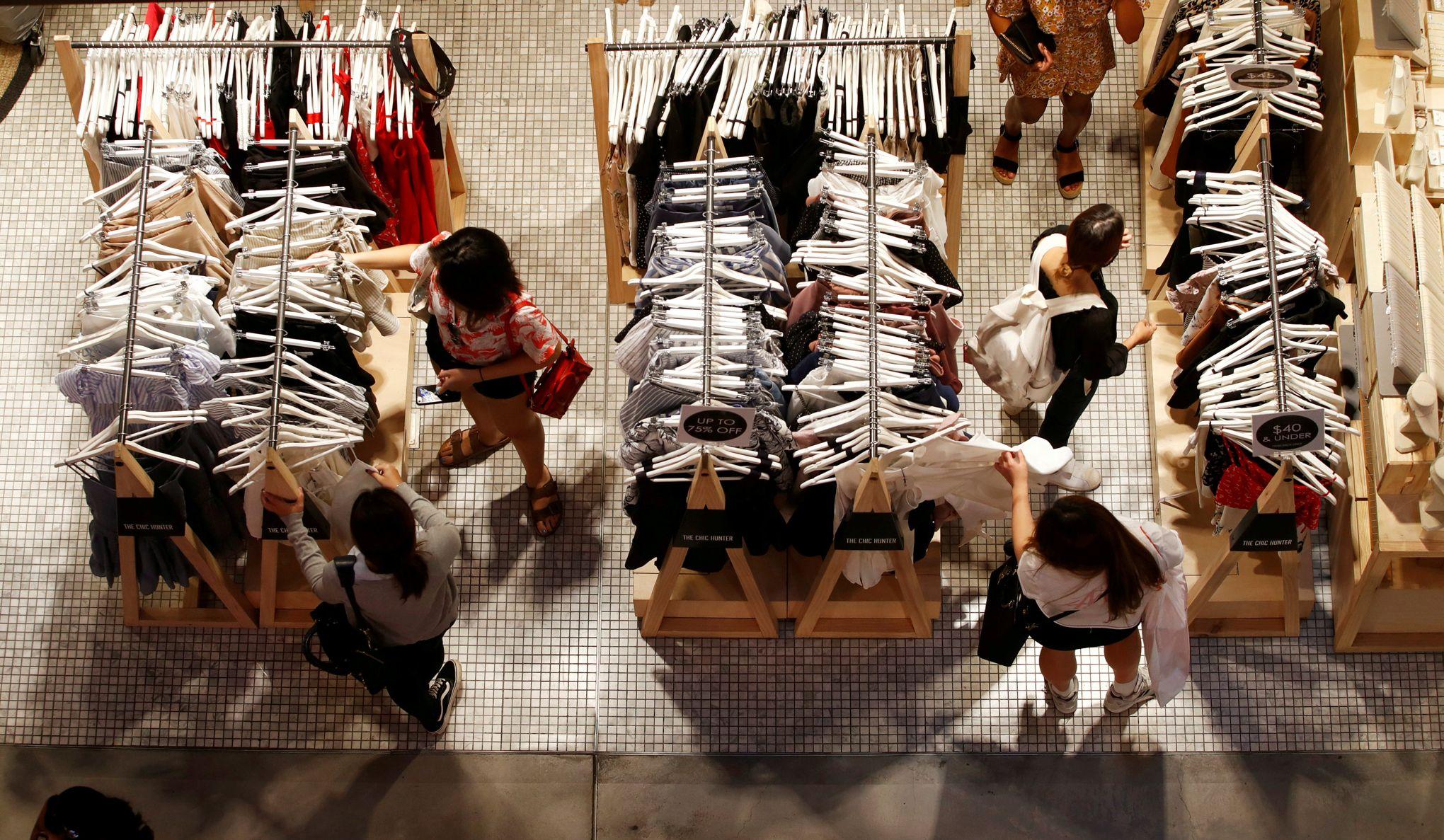 Le gouvernement va interdire aux marques de jeter leurs vêtements invendus e446b3d6b9a