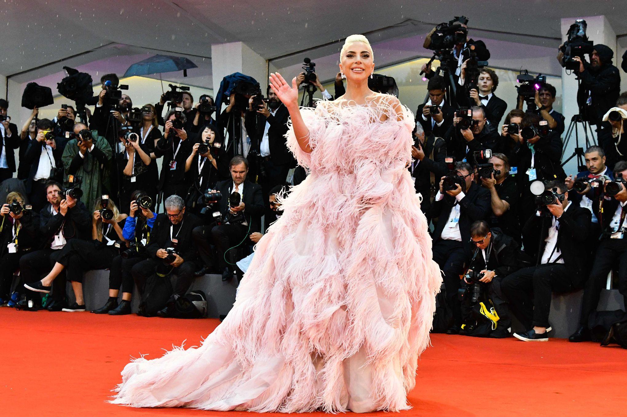 robe de soirée rose princesse sur festival de venise 2018 Lady Gaga