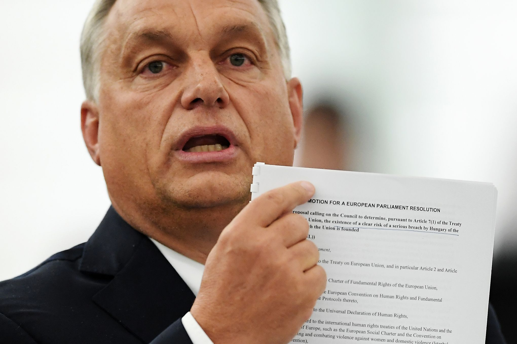 Viktor Orban montrant un document.