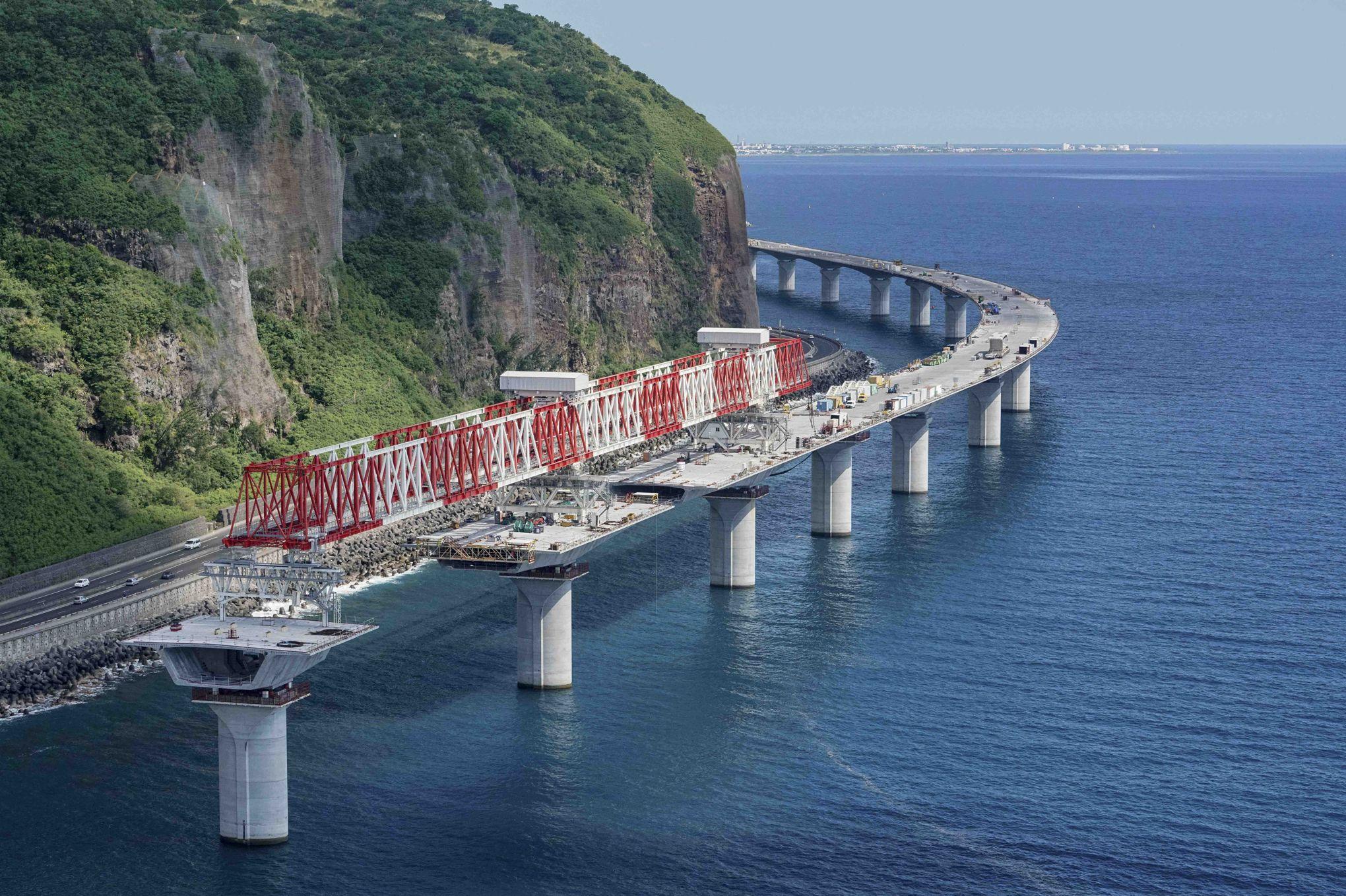 à La Réunion Le Viaduc Le Plus Long De France Sort De Leau