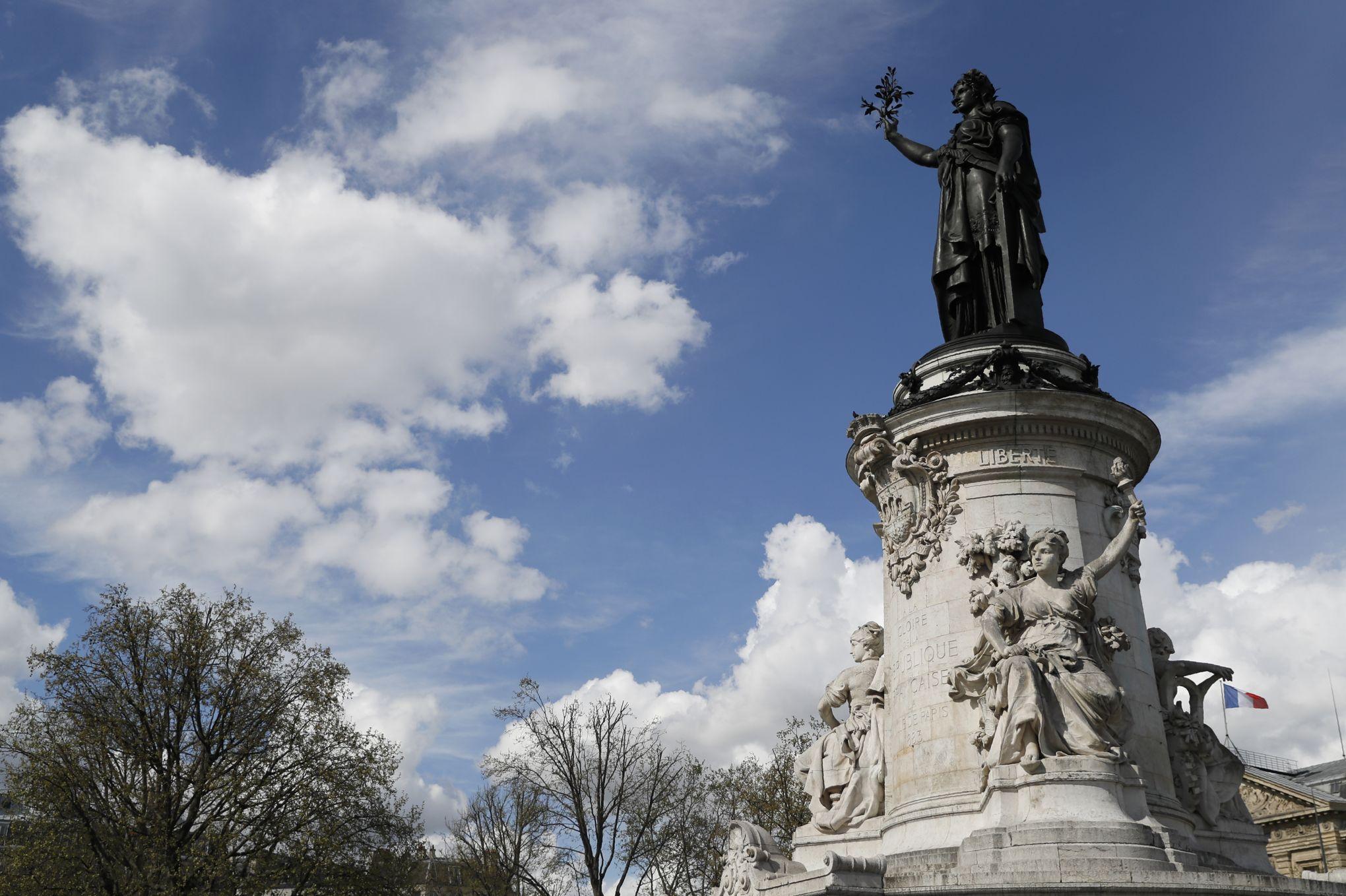 81e61f219517 Les «foulards rouges» et l agora pour le climat se disputent la place de la  République