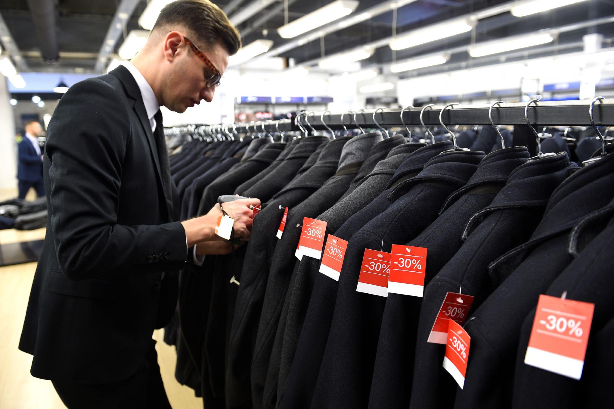 487e49e07b20 Vêtements invendus: le gouvernement veut imposer des amendes aux marques  qui les jettent