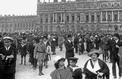 Au cœur de la foule le jour de la signature du traité de Versailles (1919)