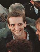 Roger Auque arrive à Orly au lendemain de sa libération, en novembre 1987.