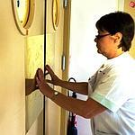 Des plaques en alliage de cuivre sur les portes du service pédiatrie de l'hôpital de Rambouillet.