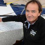 5000 personnes ont financé le Vendée Globe de Bertrand de Broc. Leurs noms ont été inscrits sur la coque de son bateau.