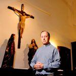 Le père José San Martin, vicaire de la cathédrale, a été ordonné par Mgr Bergoglio.