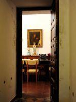 En face du couloir qui mène à sa chambre, un portrait de saint François d'Assise.