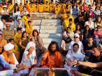 Considéré comme un demi-dieu, Swami Chidanand (au centre) conduit la Ganga Aarti entouré par des hôtes de marque. Il initie la cérémonie en jetant des graines dans le feu sous le regard admiratif de centaines de personnes.