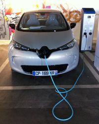 La recharge de la batterrie s'effectue à partir d'une borne spécifique qui doit être achetée chez Renault pour bénéficier de la garantie.
