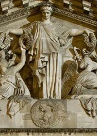 Sur le fronton du Panthéon, l'allégorie de la patrie surplombe un coq.