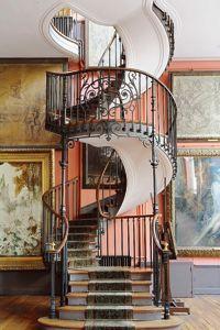 Un merveilleux escalier en spirale relie les deux ateliers de Gustave Moreau (IXe).