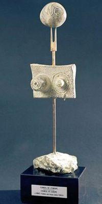 Le trophée: statuette de bronze de Joan Miró <i>La femme aux beaux seins</i>