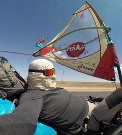 Au Kazakhstan, protection du visage obligatoire au beau milieu des steppes désertiques.
