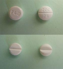 À gauche, les deux faces d'un comprimé de Furosémide, à droite un comprimé de Zopiclone.