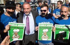 Avigdor Lieberman et ses partisans ont proposé la consultation du journal pour contourner l'interdiction de le distribuer gratuitement.