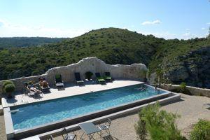 La piscine de Métafort invite à la contemplation.
