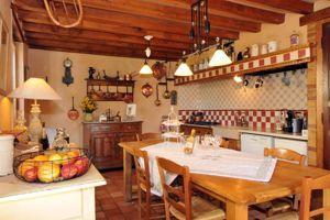 Une chaleureuse cuisine à l'ancienne.