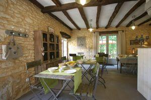 La salle à manger de La Roche d'Esteil en Dordogne.