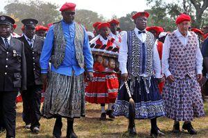 Accompagné du vice-président zambien, Écossais d'origine, le roi ne doit jamais se séparer de son sceptre.