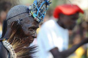 Durant la cérémonie, des danseurs interprètent la danse de kayome. Coiffés de plumes et de perles, ils imitent la poule, animal fétiche des Lozis.