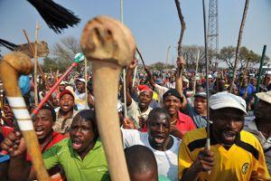 Manifestation de grévistes à la mine de platine de Lonmin le 15 mai.