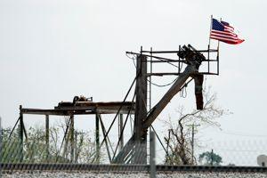 Un drapeau américain flotte sur le site de l'usine d'engrais West Fertilizer au Texas.