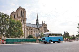 Paris en bus rétro.