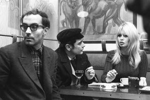 Antoine Bourseiller entre BB et Jean-Luc Godard en 1965.