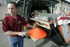 Tim Samaras présente sa sonde lourde de 40 kilos.