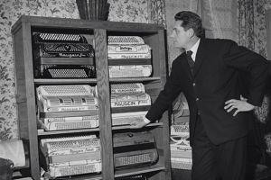 Chez lui avec ses accordéons (Crédits photo: JWS/Sun Records)