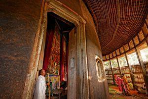 Les travées accèdent aux peintures du monastère d'Ura Kidane Mehret.